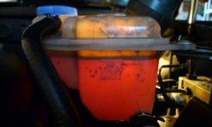 Масло в расширительном бачке охлаждающей жидкости: причины появления, последствия, устранение неисправности