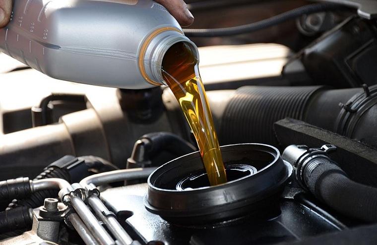 Залив моторного масла в двигатель